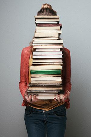 Frau hinter Bücherstapel